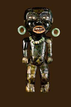 Skulptur in menschlicher Gestalt  Teotihuacan, Mondpyramide, Grabstätte 6  ca. 250 n. Chr.  Serpentin, Grünstein und Muscheln  Zona Arqueológica de Teotihuacan  © INAH, Mexico. Foto: Martirene Alcántara
