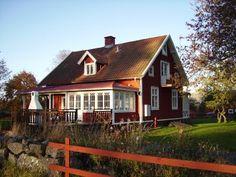 Rött hus med vita knutar, precis så vill jag måla huset vi bor i. Som nu är... orange...