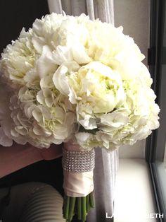 Valkoista pionia ja hortensiaa //Lani Elizabeth
