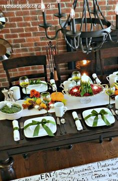 Green Themed Thanksgiving Table w/ Doodled Bench-Simply Gorgeous #green #decor #Thanksgiving