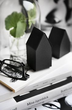 DIY: Paper houses Template : http://designoform.com/crafts/diy-paper-houses/