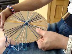 Kumihimo: Cordón trenzado con 32 hilos formando espigas. Tutorial completo con fotos y el paso a paso explicado enlazando en http://creacionesbatiburrillo.bl...