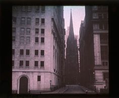 These are some of the earliest Autochrome photos showing the life in New York in the early 1900s.      A Monday washing, New York City, 1900...