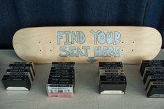 Marcadores de lugar com fitas cassete e board de skate! Foto: Matt Alberts Photography.