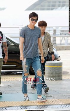 Lee Min Ho at Incheon Airport heading to Shanghai, China for Semir Event today.   Loved his casual tee and torn jeans...and the shoe too!!  ...