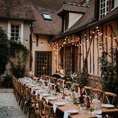 On adore ! Ce joli diner sous les étoiles dans la cour de @ladimedegiverny pour ce #mariage organisé par @artis_evenement et photographié par @coralielescieux . . . Et n'oubliez pas de tagguer vos images #sinspirersemarier pour partager vos publications avec nous ! . . . #decomariage #mariageboheme #mariagenature #mariagekinfolk #mariee #blogmariage #decomariageboheme #inspirationmariage #lamarieeauxpiedsnus #LMAPN #wedding #weddingblog #kinfolkwedding #robesdemariee #simplewedding…