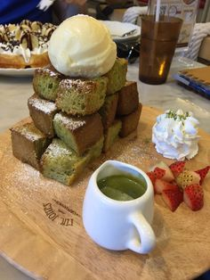 Mr Jones: A Bangkok cafe with Japanese deserts like this Green Tea matcha Toast and awesome milk shakes. Tea Recipes, Cooking Recipes, Japanese Deserts, Matcha Cafe, Matcha Green Tea Latte, Honey Toast, Tea Cafe, Matcha Benefits, Yogurt Smoothies