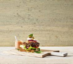 Salade niçoise für einmal nicht im Salatteller, sondern als Burger auf geröstetem Brot serviert.