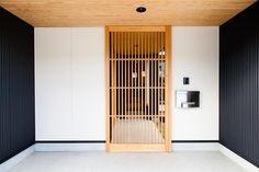 SAKURAが満ちる家 縦格子の外玄関戸|重量木骨の家 選ばれた工務店と建てる木造注文住宅