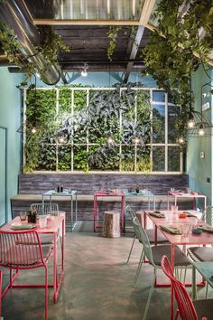 Verde Profilo in collaboration with Sistema Ufficio Srl, exclusive distributor for the Center and South Italy, realizes a new way of living green. The Union of the vertical garden system in hydrocolture and essences to ceiling give life to a space totally green, which allows to get away from the daily grind of every day. In fact the restaurant Mahalo was born in Rome, first Hawaiian Restaurant, which welcomes its customers in an environment where the green is the protagonist.  #Restaurant…