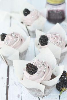 cupcake met bramen en witte chocolade topping