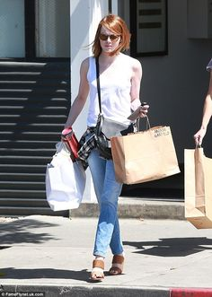 Emma Stone running errands in Los Angeles, CA (April wearing Schutz Emyly Woven Mules. Emma Stone Andrew Garfield, Emma Stone Style, Olivia Newton John, Old Actress, Ex Boyfriend, Dress To Impress, Hollywood, Street Style, Actresses