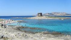 Le 15 spiagge più belle d'Italia - Spiaggia La Pelosa – Sardegna. Questa spiaggia è una delle più famose sia per la limpidezza delle proprie acque che per la vegetazione florida che fa da contorno. Riparata dalle corrente, le sua acque calme vi faranno vivere un'esperienza paradisiaca.