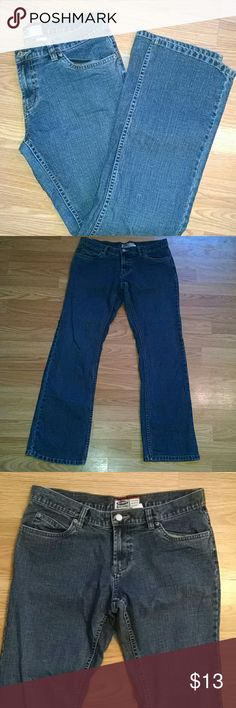 Old Navy Jeans The third image shows the actual color the best. 89% Cotton, 10% Polyester, 1% Spandex Old Navy Jeans