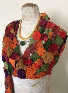 Der Schal besteht zu 100% aus Baumwollgarn. In das Netzteil sind verschiedene Blüten eingearbeitet. Den krönenden Abschluss bildet eine Borte, die an orientalische Zwiebeltürmchen erinnert. Genau das Richtige, um sich mit schönen Urlaubstagen zu schmücken.