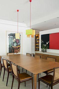Gávea, RJ - Arquiteto Erick Figueira de Mello (mesa de jantar design Jader Almeida; cadeiras de Geraldo de Barros, da Dpot; luminárias de Ingo Maurer; tela de Duda Moraes)