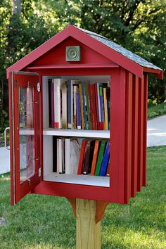Do you have some extra books lying around? Head to Always the Holidays to learn where to donate books, plus other fun book facts. #BookFacts #LittleBookLibrary Little Free Library Plans, Little Free Libraries, Little Library, Little Free Pantry, Street Library, Mini Library, Library Books, Dream Library, Community Library