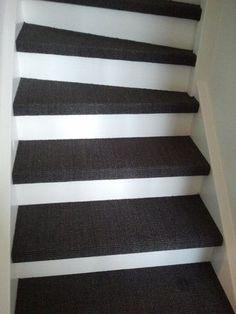 Trappen bekleden alleen de trede Tile Stairs, Carpet Stairs, Carpet Tiles, Open Trap, Stair Makeover, Housekeeping Tips, Living Room Designs, Home Goods, Sweet Home