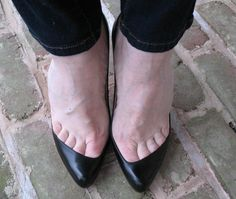 I don't know how other people feel, but toe cleavage looks sexy! Sexy Legs And Heels, Sexy High Heels, Dress And Heels, High Heels Stilettos, Beautiful High Heels, Gorgeous Feet, Pantyhose Heels, Sexy Sandals, Feet Soles