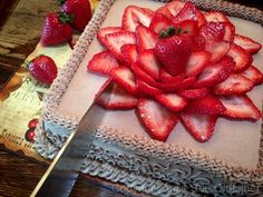 How to Slice a Cake / Cheesecake - just love the strawberry flower