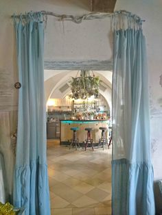 #anniesloan #anniesloanchalkpaint #chalkpaint #timimoo #stoff #selberfärben #spitze #lebensfreude #painting #diy Annie Sloan, Boutique, Bed And Breakfast, Event Design, Curtains, Home Decor, Indoor Courtyard, Joie De Vivre, Lace