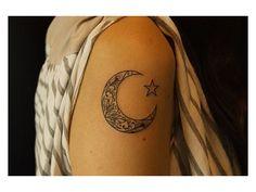La Lune est d'abord l'astre de la nuit, la lumière naturelle qui éclaire l'obscurité. ....50 jolies tatouages sur le thème de la lune