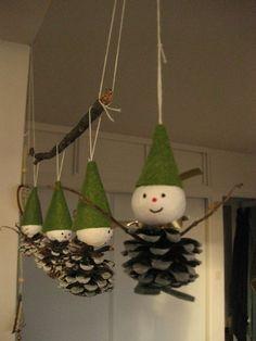 À faire soi-même avec des pommes de pin des lutins de Noël. Pine Cone Art, Pine Cone Crafts, Holiday Crafts, Pine Cones, Christmas Projects, Kids Christmas, Christmas Activities For Kids, Theme Noel, Christmas Decorations