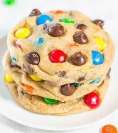 The Best Soft and Chewy M&M'S Cookies - Big, bakery-style cookies you can make at home that are BETTER than the bakery's! An easy recipe for the classic cookies everyone loves! Chocolate Chip Cookies, Gooey Cookies, M M Cookies, Pudding Cookies, Yummy Cookies, Cookies Et Biscuits, Chocolate Chips, Cookies Soft, Chocolate Pudding