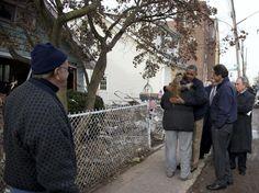 15-nov-12 - Obama visita NY e consola vítimas da tempestade Sandy. Mais de cem pessoas morreram nos Estados Unidos por causa da tempestade Sandy, sendo pelo menos 22 em Staten Island - um enclave com tendência republicana dentro de Nova York. Foto AP.