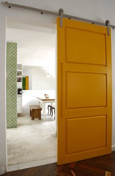 mais uma porta amarela! em www.vilabacana.com.br Door Design, House Design, Interior And Exterior, Interior Design, Yellow Doors, Small Space Living, Home Studio, Dining Room Furniture, Modern Country