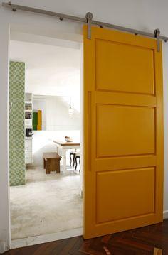 mais uma porta amarela! em www.vilabacana.com.br