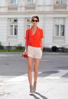 Love the neutral linen shorts paired with this vibrant red-orange bloeuse.
