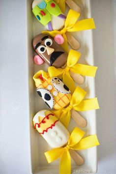 Cakesicles Disney Desserts, Cute Desserts, Disney Food, Toy Story Birthday, Toy Story Party, 2nd Birthday, Birthday Parties, Paletas Chocolate, Festa Toy Store