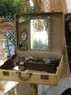Repurpose a vintage suitcase into a one of a kind jewelry box ~ Great pop up display! Craft Fair Displays, Market Displays, Display Ideas, Vintage Store Displays, Display Case, Booth Displays, Booth Ideas, Store Display Vintage, Retail Displays