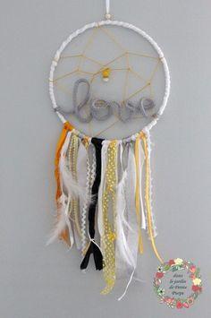 Attrape rêves - Capteur de rêves - Dreamcatcher Love Style boho chic, tons jaune, gris et noir, rubans, plumes et perles. Mot en laine. Déco mariage, salon, chambre.