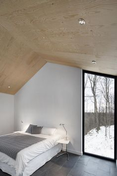 naturehumaine have designed the Bolton Residence, a house on a sloped site surrounded by woodlands in Quebec, Canada. naturehumaine have designed the Bolton Residence, a house on a sloped site surrounded by woodlands in Quebec, Canada. Plywood Ceiling, Plywood Walls, Plywood Interior, Timber Ceiling, Home Interior Design, Interior And Exterior, Architecture Design, Mountain Homes, Floor To Ceiling Windows