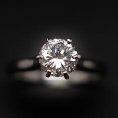 à vendre : 8200€ Solitaire Diamant 1.07 Cts E-VS2 en Or 18 Cts . Taille 54. serti en son centre sur serti 6 griffes  d'un Diamant naturel  taille brillant de 1.07 ct  Couleur : E ( Blanc Exceptionnel )  Pureté : VS2 ( Très petites inclusions)  diamètre pierre : 6,7 mm  poids : 2,60 gr  Taille 54  Livré avec certificat de laboratoire  LFG Paris  pierre gravé sur le rondiste  mise à la taille offerte  Prix neuf du diamant seul : 13120 €