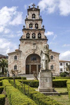 Iglesia de la Asunción en Cangas de Onís. Asturias. España.