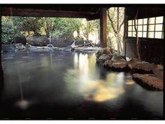 【本館】かけ流しの温泉は肌に優しいなめらかなお湯です。