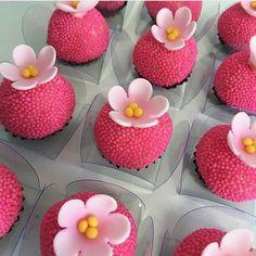 brigadeiro personalizado flor Yummy Treats, Sweet Treats, Marzipan Fruit, Moana Birthday Party, Oreo Pops, Chocolate Packaging, Flamingo Party, Chocolate Gifts, Chocolate Covered Strawberries