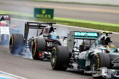 Nico Rosberg, Mercedes AMG F1 W05 leads Adrian Sutil, Sauber C33, who locks up under braking | Main gallery | Photos | Motorsport.com
