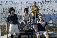 """A banda Apanhador Só disponibiliza seus álbuns para download, totalmente Catraca Livre. O grupo gaúcho se formou no ano de 2006, em Porto Alegre. Desde então, lançou dois álbuns e foi indicada como na categoria """"Aposta MTV"""" no VMB de 2010."""