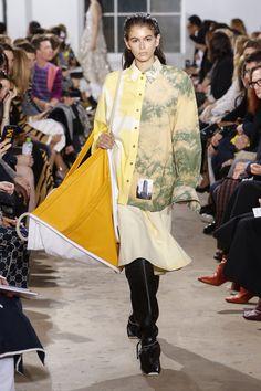 New York Fashion Week: look e tendenze Primavera Estate 2019 - Vogue. Fashion Week, New York Fashion, Runway Fashion, Spring Fashion, High Fashion, Womens Fashion, Fashion Tips, Haute Couture Style, Tie Dye Fashion