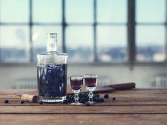 Fyld et syltetøjsglas halvt op med blåbær. Glasset fyldes 3/4 op med Brøndums Klar snaps, så bærrene dækkes af snaps. Der skal være minimum 3 cm luft mellem snapsen og låget. Trækketid: 3 mdr. et koldt og mørkt sted. Filtreres gennem et kaffefilter. Essensen kan evt. smages til med 1/2 tsk. honning og kan fortyndes … Continue reading Blåbærsnaps →
