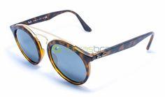 Inspirado no estilo do Ray-Ban Gatsby original surge esse novo modelo, que pode mudar as coisas para sempre. Se prepare para o Gatsby RB4256. Seu estilo unissex oferece um óculos redondo com inspiração retrô que combina perfeitamente o clássico com sua borda contemporânea. O óculos também tem duas pontes, para fornecer um estilo inovador e moderno.  http://www.oticasbrasil.com.br/ray-ban-new-gatsby-rb-4256-6092-6g-oculos-de-sol