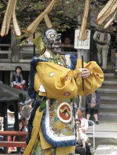 【一切経会】平成21年5月5日、寒河江市慈恩寺の一切経会での舞楽奉奏。写真は『納曽利』④です。