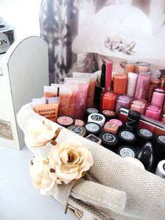 A great site showing different ways of storing makeup and beauty products!!! (Includes store bought and DIY options)