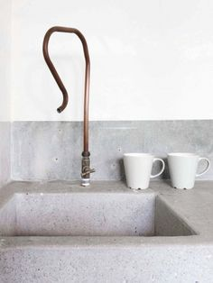 concrete and copper kitchen sink. Photo : Marjon Hoogervorst