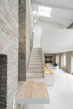 maison minimaliste, intérieur blanc, escalier bois et blanc, puits de lumière