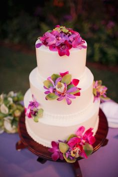 White tiered cake with amazing tropical flowers - Hawaii wedding - photo by Ruth Anne Photography  I like how the colors pop on the white cake. Would like to use flowers with our wedding colors. I'm going to have cupcakes with a cake topper, so something like this but for cupcakes. Love the tropical flowers.